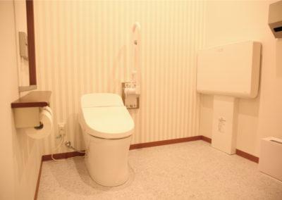車椅子対応オムツ交換台付きトイレ